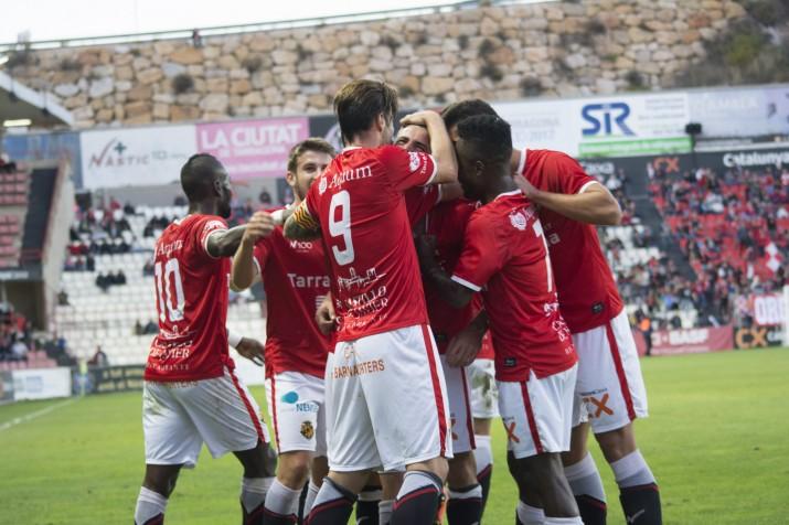Pinya de l'equip després el gol de Xavi Molina que situava líders als grana. Foto: Nàstic