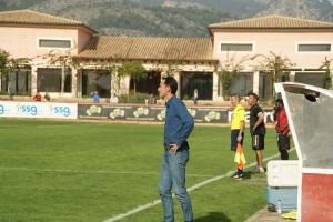 Vicente Moreno en un moment del partit a Son Bibiloni. El tècnic perd a Manolo Martínez, Rocha i Mossa per sanció per la pròxima jornada. Foto: Nàstic