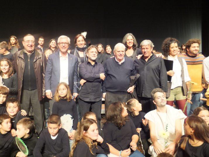 El president de la Fundació Mútua Catalana, Josen Josep Marca, i l'alcalde Josep Fèlix Ballesteros amb els nens i els autors de la cantata