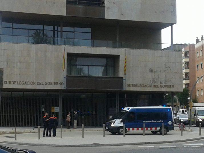 Els Mossos 'vigilen' la Subdelegació del Govern espanyol a la plaça Imperial Tarraco