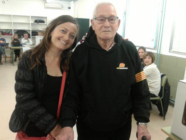 La Rat Cebrían, voluntària de l'ANC, acompanya Josep Salinas, de 87 anys i veí de La Floresta, a votar a l'IES Torreforta