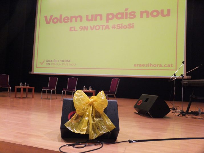 Un llaç de color groc en un dels altaveus del Palau, abans de l'inici de l'acte