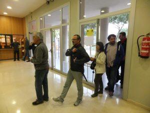 Els primers que accedeixen a votar a l'IES Vidal i Barraquer