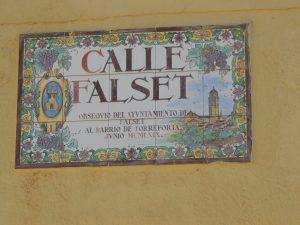 Placa del carrer Falset, obsequi de l'Ajuntament de Falset.