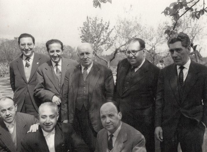 Gabril Xammar (dalt, segon per l'esquerra) amb altres militants independentistes en un mas de La Selva del Camp (foto cedida per Lluïsa Xammar)
