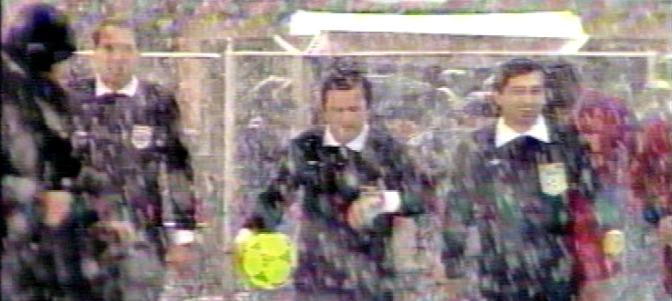 Frame de la pel·lícula de Cormelieu Porumboiu. Al centre Adrian Porumboiu àrbitre del partit.