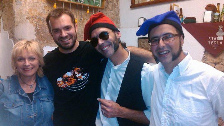"""Ignasi Melià """"El Meli"""" (segon per l'esquerra), acompanyat de la seva mare, Montserrat Roig, i Xavi Pallaretti i Franki Nero dels Ganja Nights, el dia que van enregistrar el videoclip de """"Volem votar""""."""