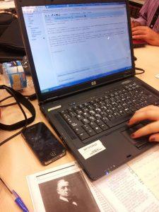 Una de les persones participants editant una entrada de la Viquipèdia (FOTO: Biblioteca Pública de Tarragona).