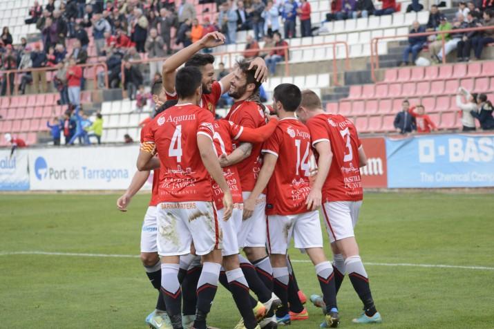 Pinya grana a la celebració del segon gol fet per Marcos. Foto:Nàstic