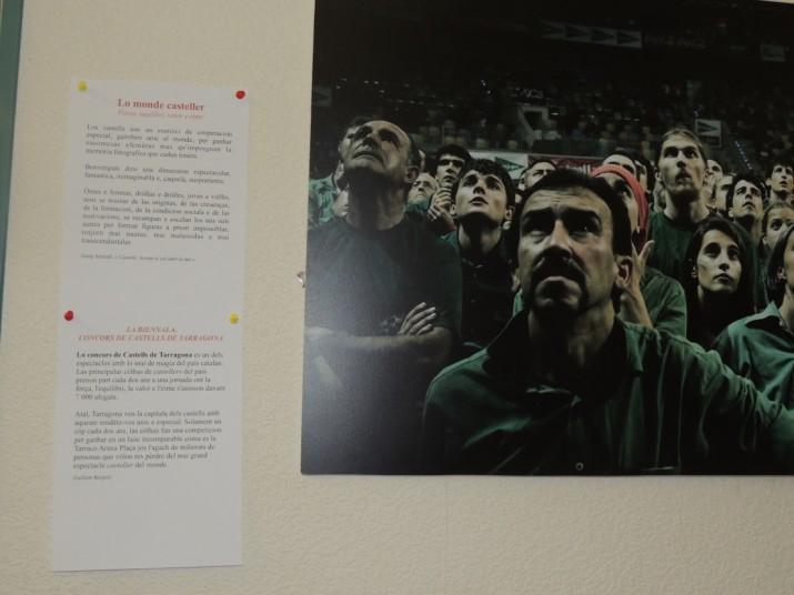 Una de les fotos a l'exposició a Carcassona. Les explicacions del Concurs de Castells estan en llengua occitana (foto cedida)