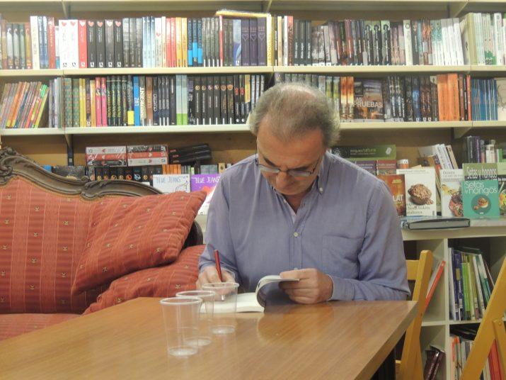 """Magí Sunyer signant un exemplar del llibre """"Andròmaca i el centaure"""", que es va presentar el passat dijous 27 de novembre a la Llibreria La Rambla de Tarragona."""