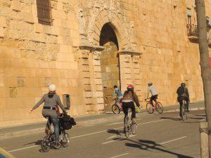 Els participants entrant pel portal de Sant Antoni, camí de la plaça Carles Llorach.