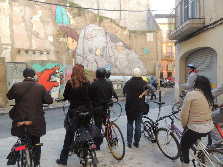 """Els participants de la primera """"Ruta Murs que Parlen"""", a la plaça de les Peixateries Velles."""