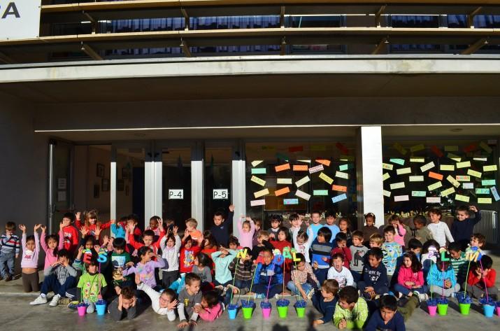 Alumnes de l'escola Saavedra, a l'entrada del centre (foto cedida pel CEIP Saavedra)