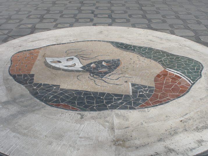 Obra de Josep M. Rosselló, al mig de la Rambla, davant la façana del Teatre Tarragona