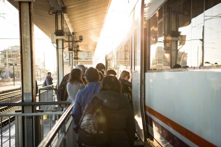 Usuaris a l'andana de l'estació de Tarragona, a punt per pujar a un tren de Mitja Distància en direcció a Barcelona (foto: DAVID OLIETE)