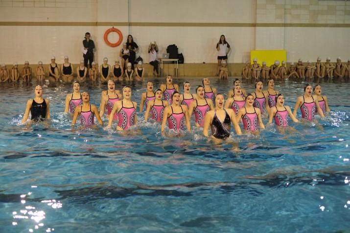 Actuació de les nedadores de sincronitzada del Kallípolis a la piscina del CN Tarraco (foto: XAVI JURIO)