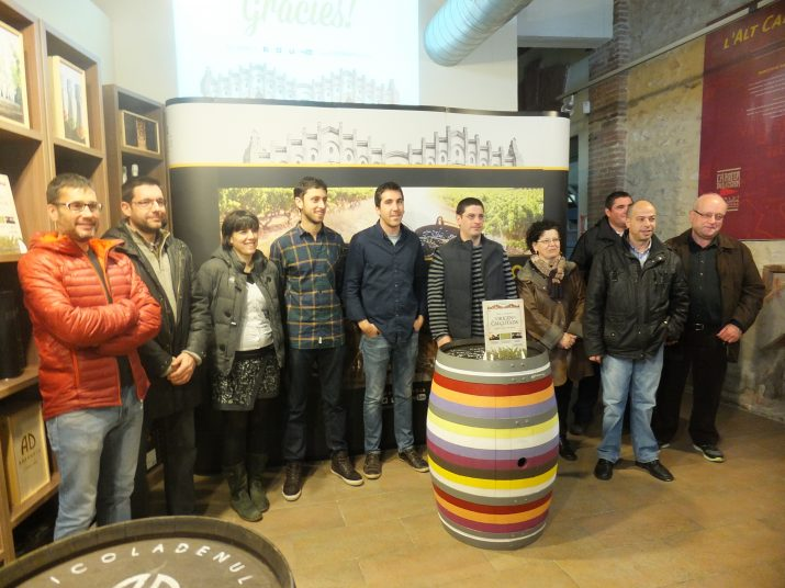 Promotors de l'activitat 'L'origen de la calçotada' amb Adam Albert i Francesc Boronat al mig, envoltat dels restauradors