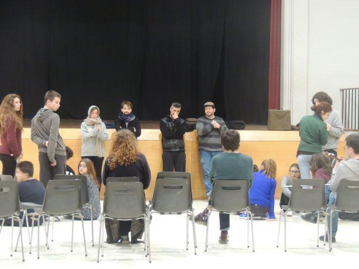 """Els directors i actors professionals del """"Hamlet"""" interactuant amb els joves."""