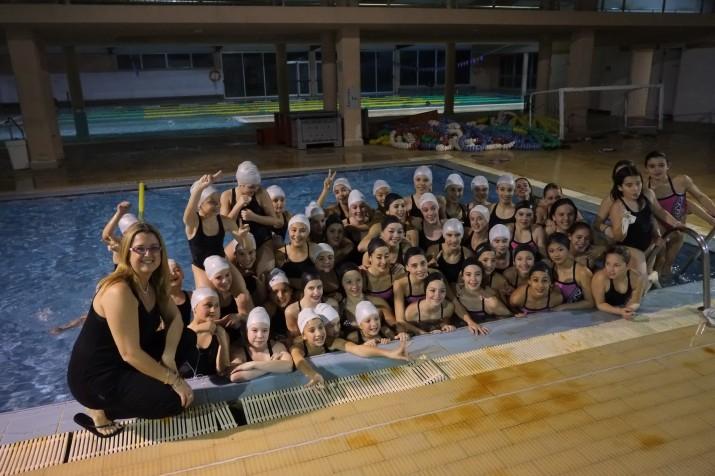 Anna Tarrés, amb l'equip infantil de 'sincro' del Kallípolis i nedadores del CN Tarraco (foto: XAVI JURIO)