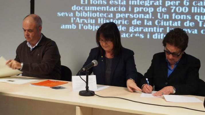 Signatura del conveni de cessió a l'ajuntament del fons documental de Josep M. Boronat Recasens, amb la filla de l'escriptor (a la dreta) i la regidora de Patrimoni, Carme Crespo. A l'esquerra, el director de l'Arxiu, Jordi Piqué (foto cedida per l'Arxiu Municipal)