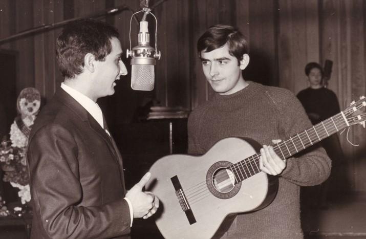 Joan M. Serrat amb Salvador Escamilla als estudis de Ràdio Barcelona l'any 1965 (foto de la pàgina web oficial de Serrat)