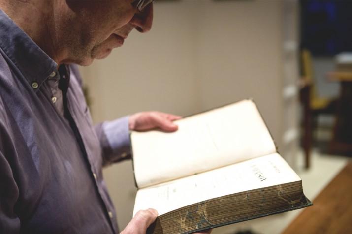 Magí Sunyer, a la biblioteca de casa seva, és un dels protaognistes del suplement de Lletres que publicarà ben aviat el 'Fet a Tarragona' (foto: DAVID OLIETE)