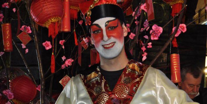 Aleix Poblet, disfressat de xines al Carnaval de Tarragona (foto: DANIEL MARTÍNEZ)