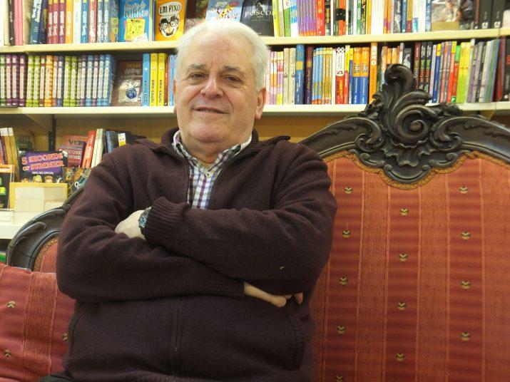 Ramon Marrugat, assegut  al sofà de la Llibreria de la Rambla, en els dies previs a la lectura de la seva tesi doctoral