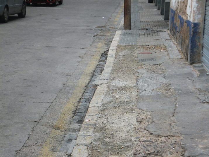Vorera estreta i en mal estat del carrer Pau del Protectorat, un cul-de-sac per als vehicles