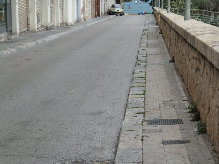 Aspecte del carrer Pons d'Icart: les voreres no són aptes per a persones amb mobilitat reduïda