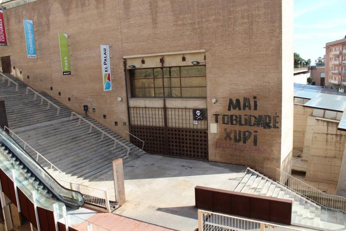 El mural es va pintar al costat les escales, en un dels accessos al Palau de Congressos (foto: Josep M. Llauradó)