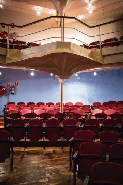 Platea del teatre Metropol amb la columna dissenyada per Jujol que aguanta tota l'estructura (foto: DAVID OLIETE)
