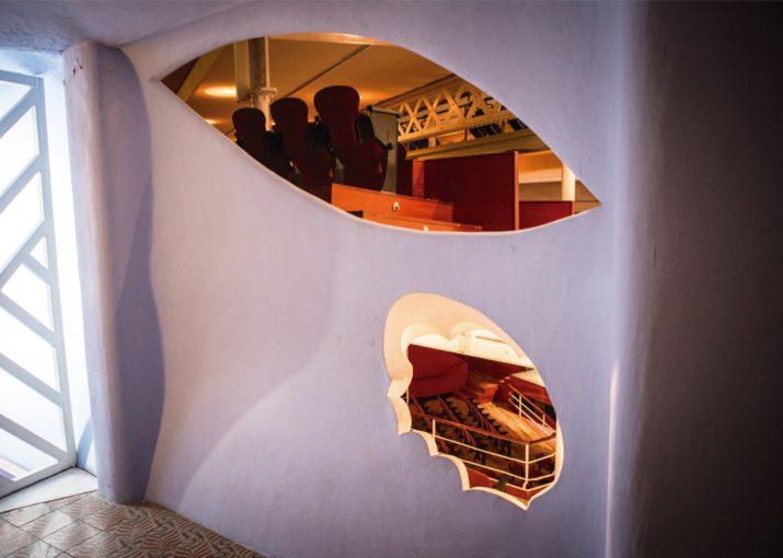 Detall de finestres en forma d'ulls al segon amfiteatre del Metropol, obra de Jujol (foto: DAVID OLIETE)
