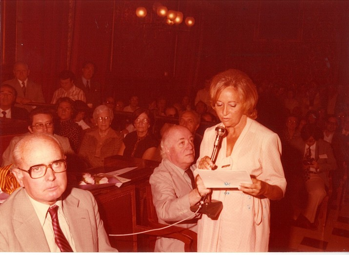 Teresa Rovira, al Saló de Plens de l'Ajuntament de Tarragona l'any 1979 amb motiu de l'Any Rovira i Virgili (foto cedida per la família)