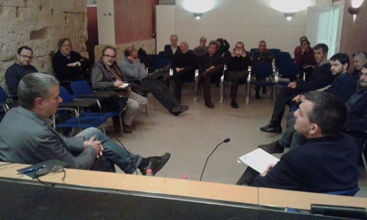 Pau Ricomà conversa amb Ricard Lahoz en la trobada organitzada pel Col·legi d'Arquitectes (foto: ERC)