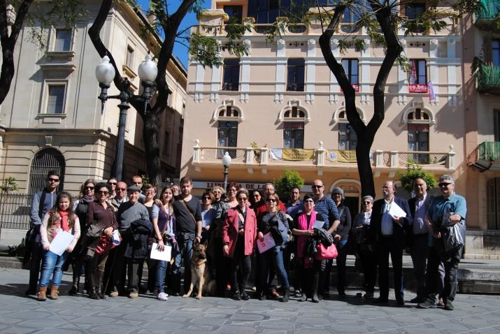 Foto de grup amb tots els amics de la revista, davant la Casa del Dr. Aleu, a la Rambla Nova, al costat del Banc d'Espanya