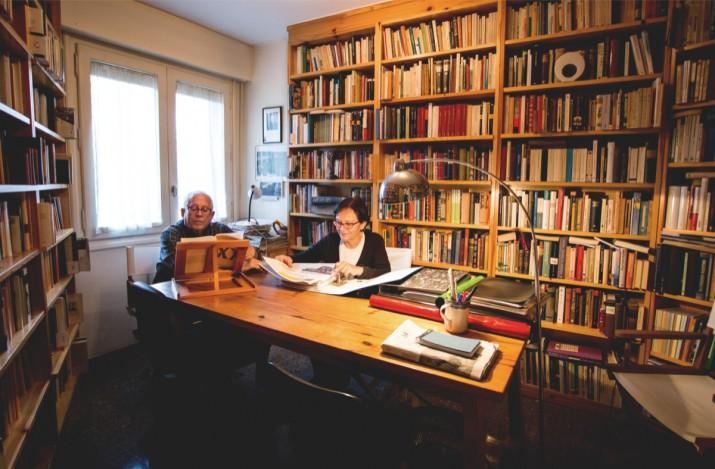 Carmen Gómez i Antoni Tur, en la sala de lectura del seu domicili (foto: David Oliete)