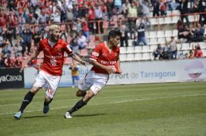 Marcos persegueix a Xisco per celebrar el gol del defensa grana Foto:Nàstic