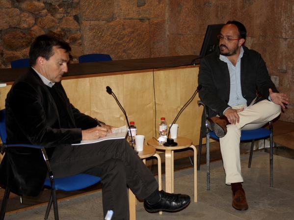 Alejandro Fernández amb el director del FET a TARRAGONA, Ricard Lahoz, en la conversa organitzada pel Col·legi d'Arquitectes (foto: PP)