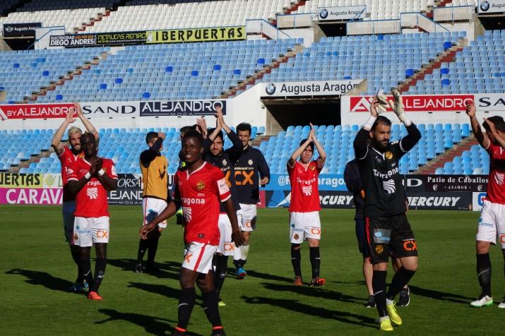 Els jugadors del Nàstic agraïnt el suport de l'afició. Foto:JAL