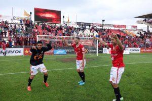 Xisco Muñoz, David Rocha i Luismi ballant a la celebració a la gespa. Foto:Joan Alfons López