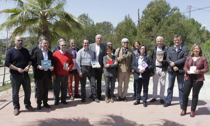 Grup d'autors que publiquen amb Arola editors, en l'acte de presentació de les novetats de Sant Jordi (foto: PERE FERRÉ - DIARI DE TARRAGONA)