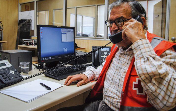 Francisco Aguilar, a la centraleta de Creu Roja Tarragona, des d'on truca cada dia a usuaris del servei de gent gran (foto: Albert Ollés)