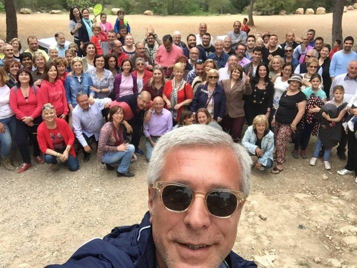 Josep Fèlix Ballesteros amb companys i companyes del partit fent una paella al Loreto (foto: PSC)