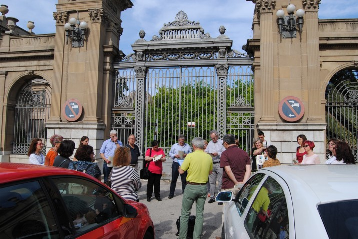 La porta principal de Tabacalera va ser el punt de trobada i inici de la ruta de les xemeneies