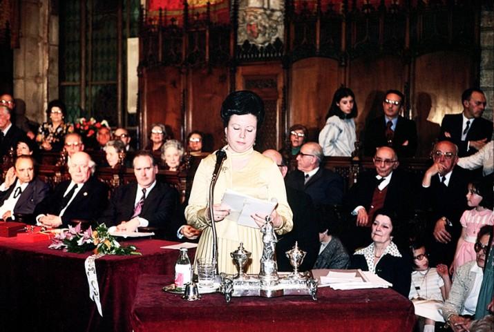 Olga Xirinacs, en el seu discurs d'agraïment per la concessió de la Flor Natural, al Saló de Cent de l'Ajuntament de Barcelona l'any 1978 (foto cedida)