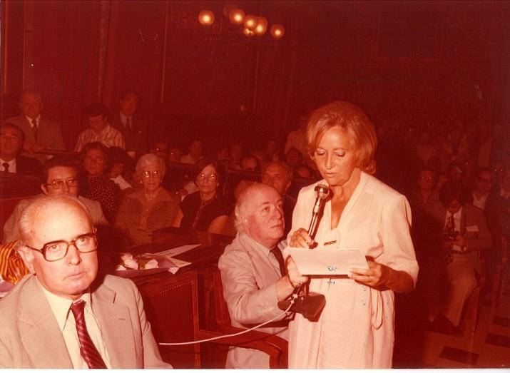 Teresa Rovira, al saló de plens de l'Ajuntament de Tarragona el 1979 amb motiu de l'Any Rovira i Virgili (foto cedida per la família