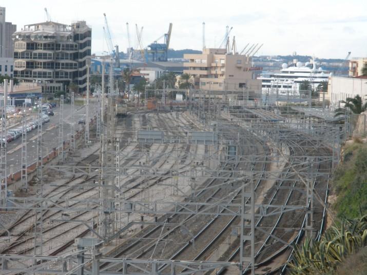 ADIF no vol treure alguna de les 10 vies que hi ha davant l'estació de Tarragona per poder-hi instal·lar la passarel3la per a vianants (foto: FET a TARRAGONA)