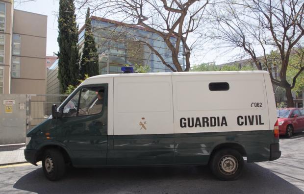 Un furgó de la Guàrdia Civil amb alguns dels detinguts del cas Innova a Reus (foto: Judit Fernández - Reus Digital)
